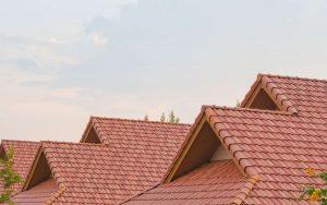 Comment effectuer une réparation d'urgence temporaire de la toiture